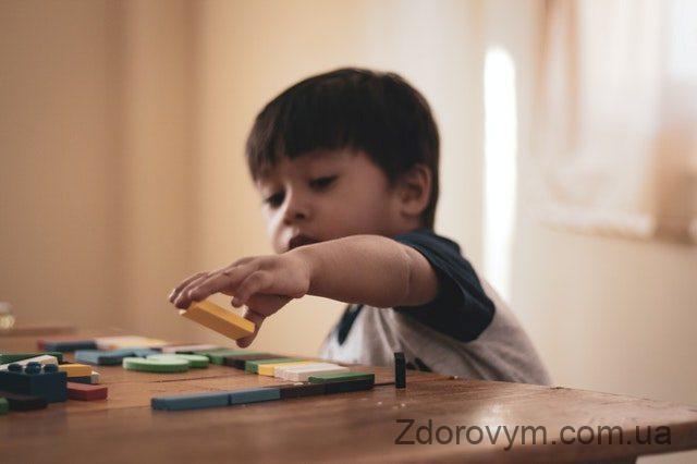 Дитина хвора на аутизм
