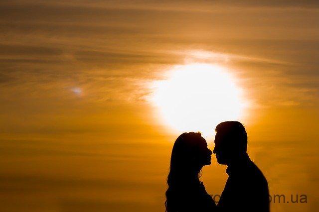 Залицяння між чоловіком і жінкою